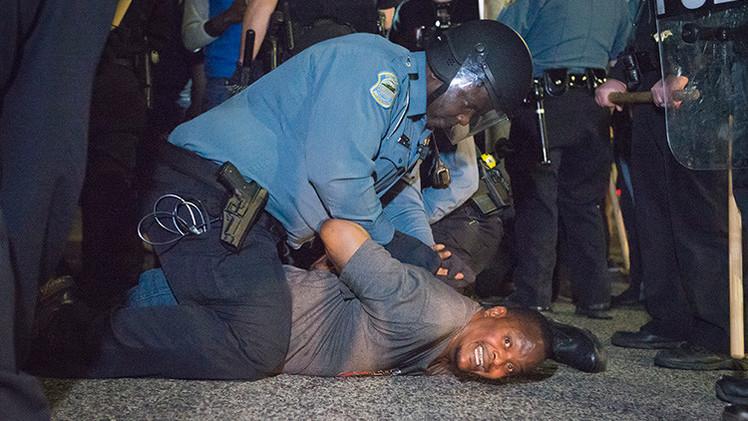 PRIMERAS IMÁGENES: Dos policías de Ferguson reciben disparos de bala