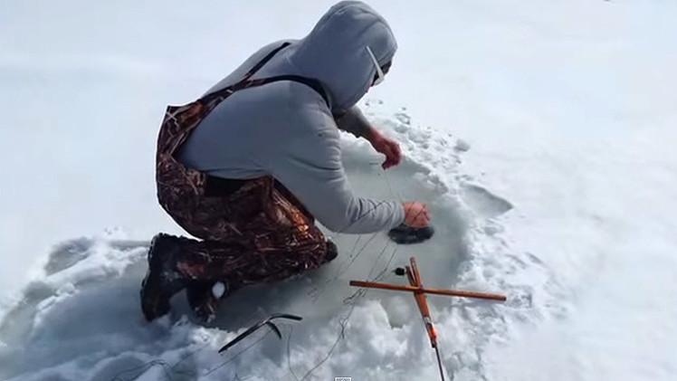 Гифка рыбак на льду