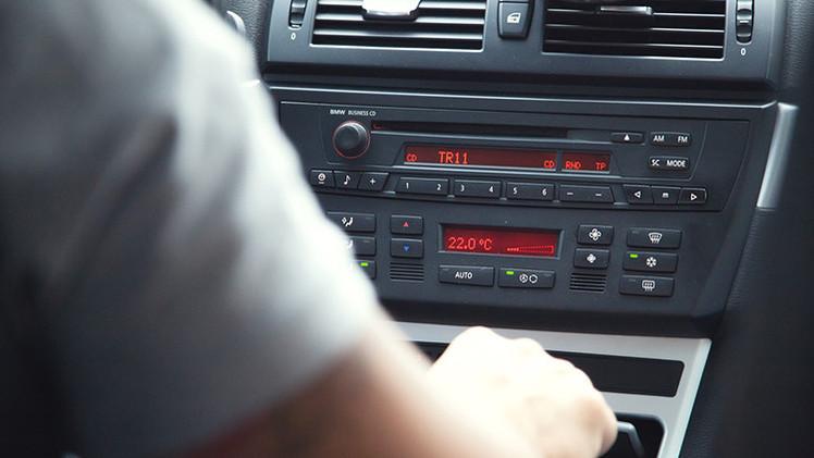 Video: Conductor se graba manejando un coche a 190 km/h con su hijo menor de edad