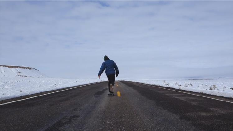 Video, Fotos: Joven recorre en 'skate' más de 1.000 kilómetros de salvajes paisajes en EE.UU.