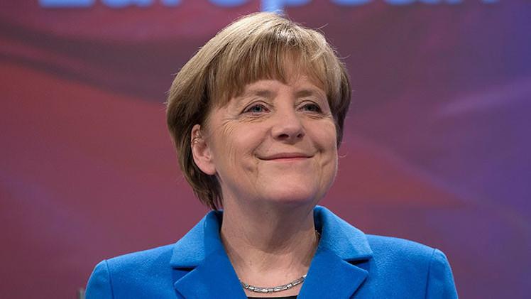¡Feliz Día de la Victoria, frau Merkel!: La canciller alemana, en el foco de un 'flash mob'