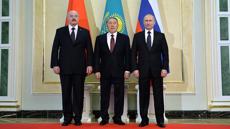 Putin invita a Bielorrusia y Kazajistán a formar una unión monetaria con Rusia