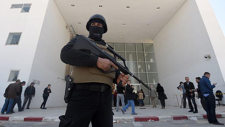 """Escándalo: Los policías del Parlamento """"estaban tomando café"""" durante ataque al museo en Túnez"""