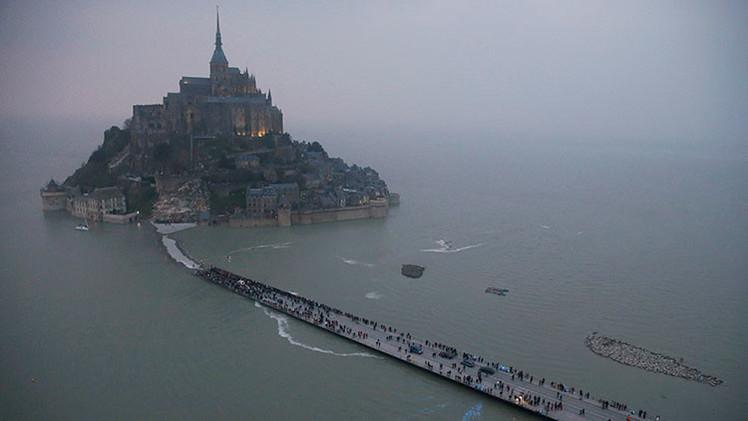 FOTOS, VIDEO: La 'marea del siglo' convierte a una antigua abadía en una isla en Francia