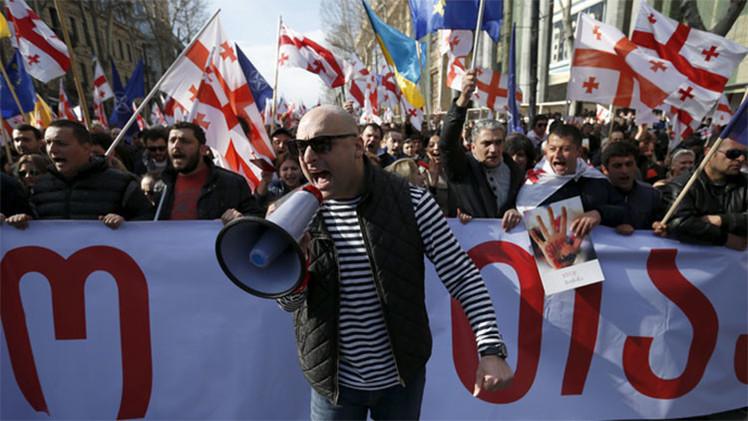 Miles de personas participan en una protesta antigubernamental en la capital de Georgia