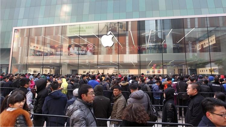 La gente en China espera anhelamente la apertura de nueva tienda de Apple