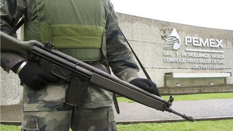Un soldado está guardando la sede del gigante petrolero en México