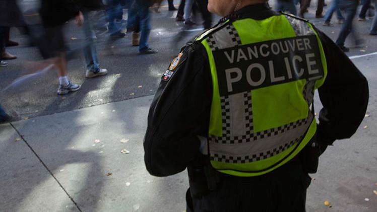 Video: Un policía canadiense rompe la ventanilla de un coche y saca al conductor