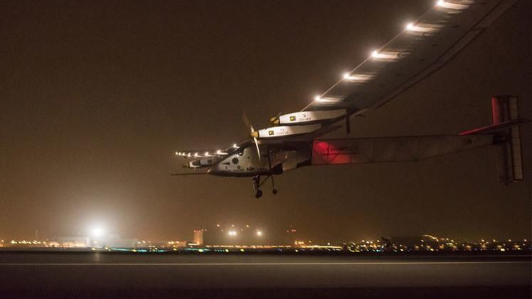 ¿Cómo es volar en el primer avión solar que dará la vuelta al mundo?