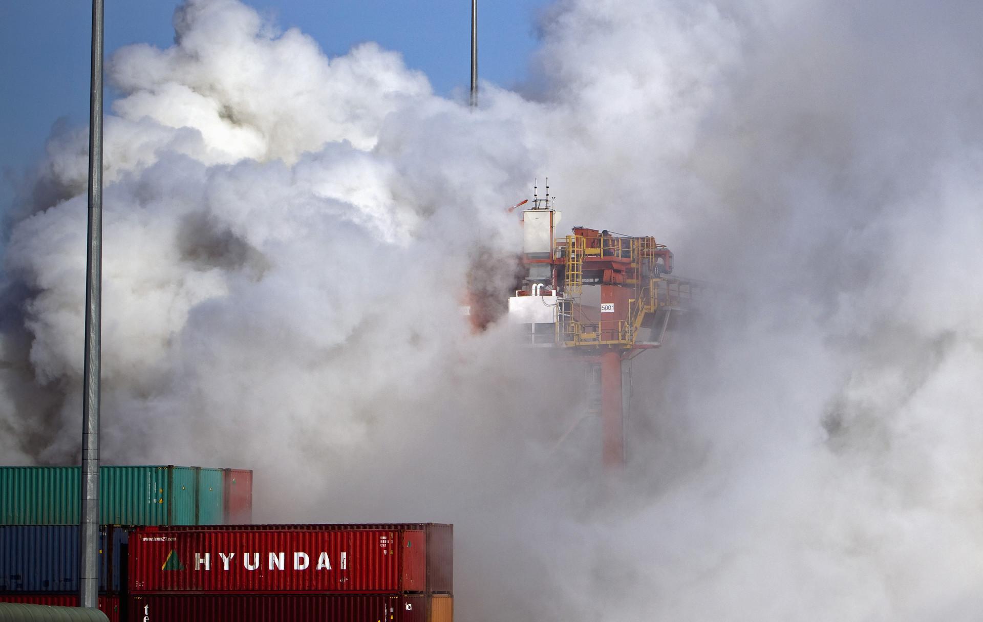 Nubes de humo tóxico por un incendio en el puerto de Vancouver