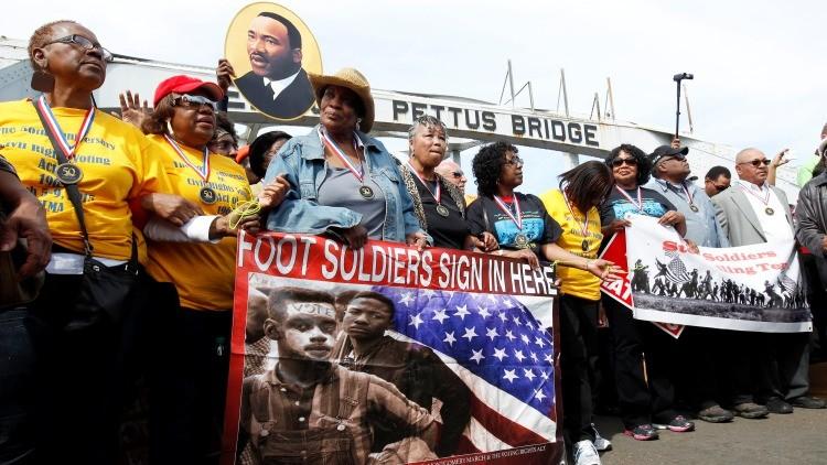 Manifestantes durante la conmemoración del Domingo Sangriento en Selma, Alabama