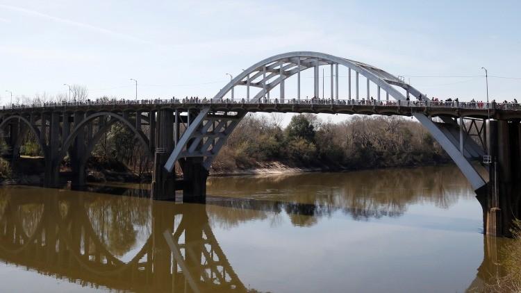 Manifestantes a su paso por el puente Edmund Pettus, Alabama
