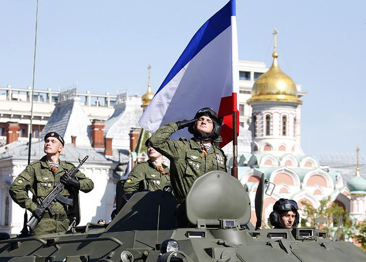 Militares rusos de Crimea participan en un desfile en Moscú
