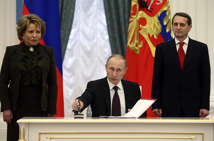Presidente ruso, Vladímir Putin, firma el documento de la reunificación de Crimea con Rusia