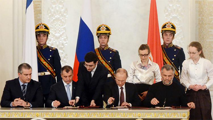 Vladímir Putin firma el tratado de unión de Crimea y Sebastopol a Rusia