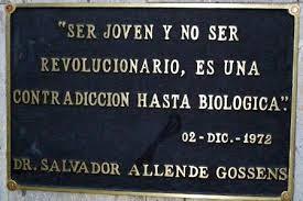 Placa bajo escultura de Allende en la Universidad de Guadalajara