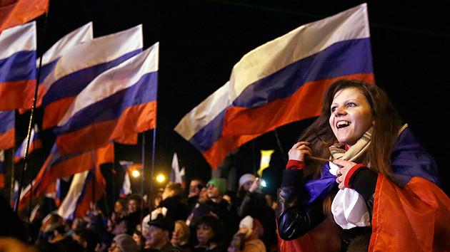 Joven con la bandera rusa