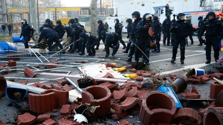 La Policía antidisturbios alemana retira las barricadas levantadas por los manifestantes