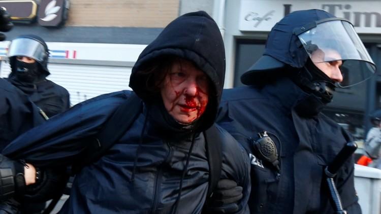 Manifestante detenido por la Policía. Frankfurt, 18 de marzo de 2015