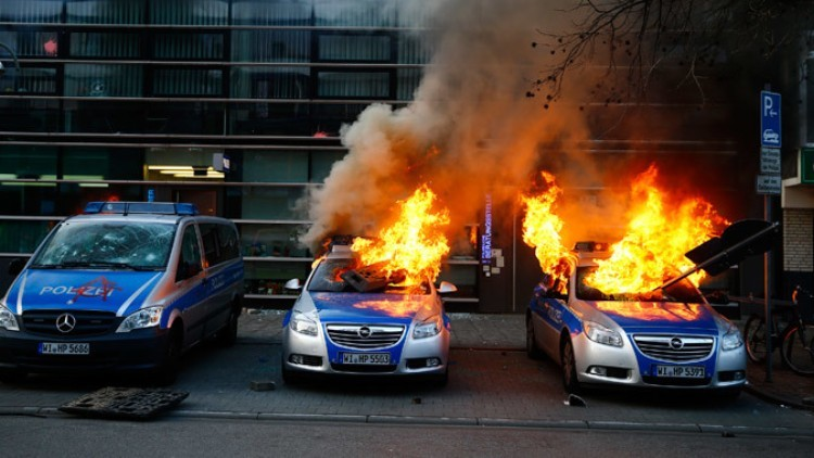 Coches incendiados por los manifestantes. Frankfurt, 18 de marzo de 2015