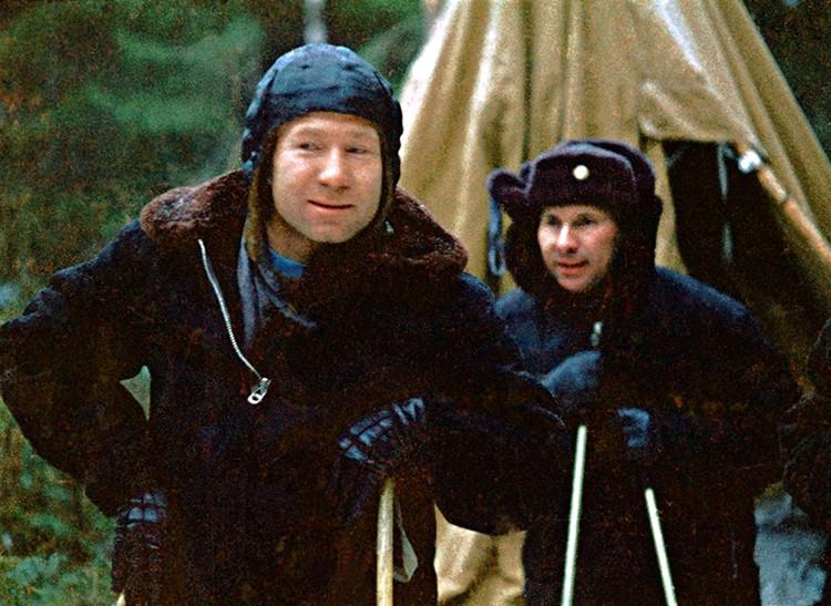 Alexéi Leónov (izquierda) y Pável Beliáyev caminan hacia el helicóptero que los rescató