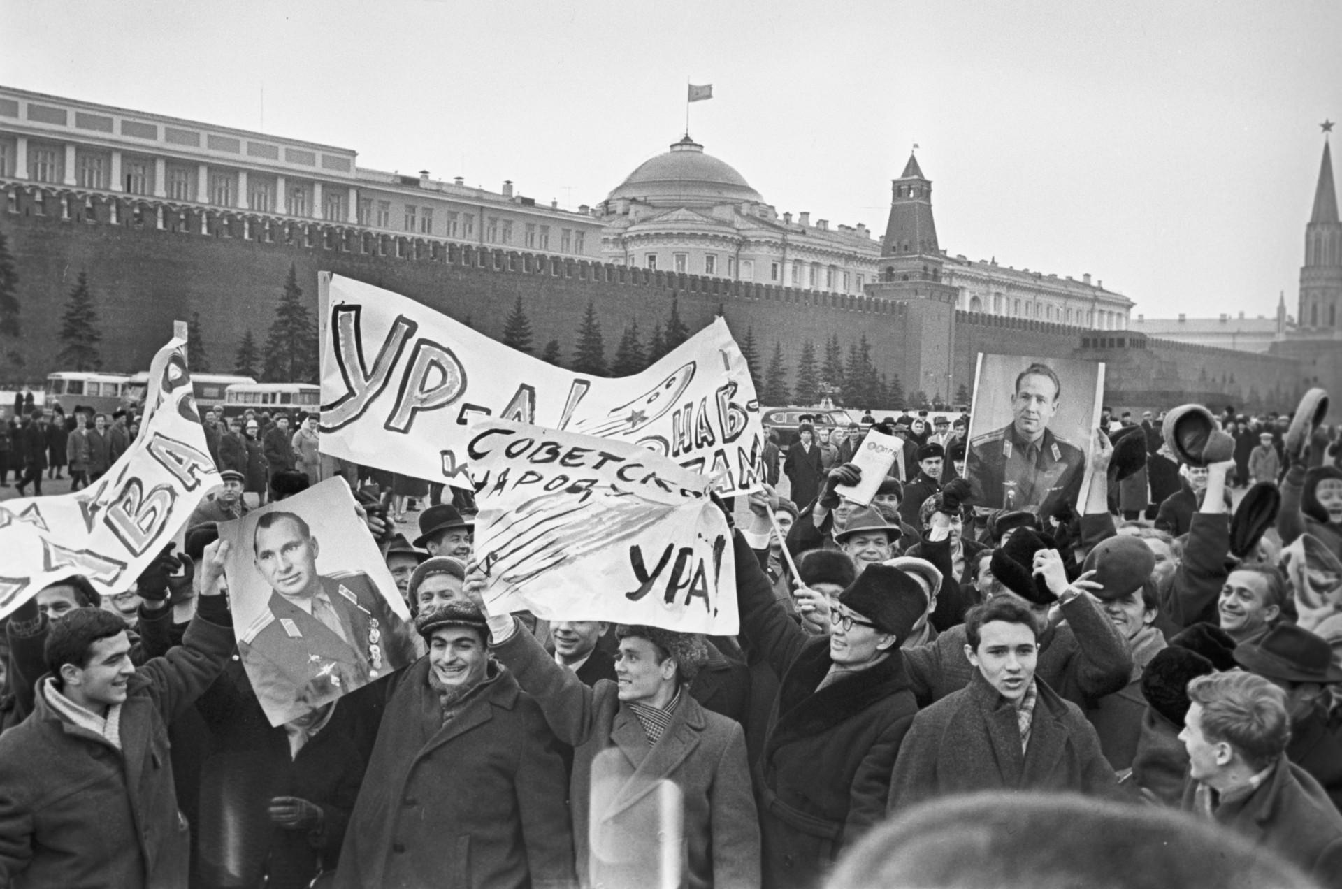 Celebración solemne en la Plaza Roja en honor a Leónov y el capitán de la nave, Pável Beliáyev