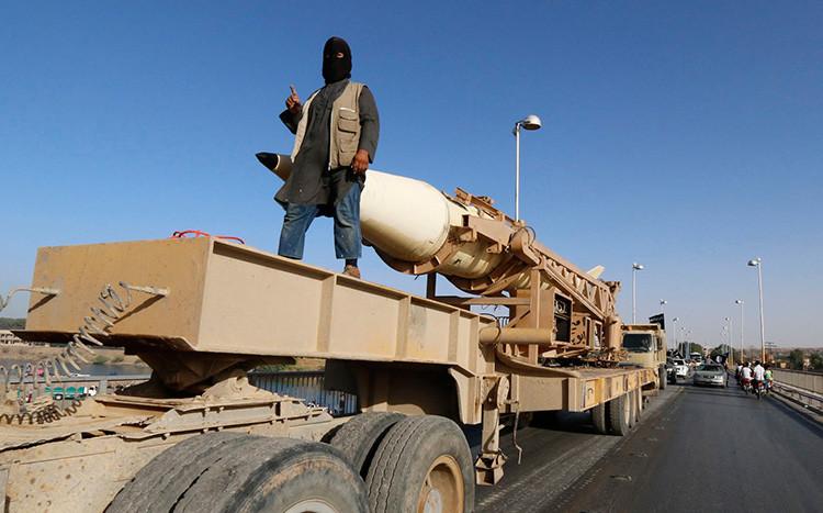Miembro del EI está junto con un cohete. Siria (Raqqa), julio de 2014