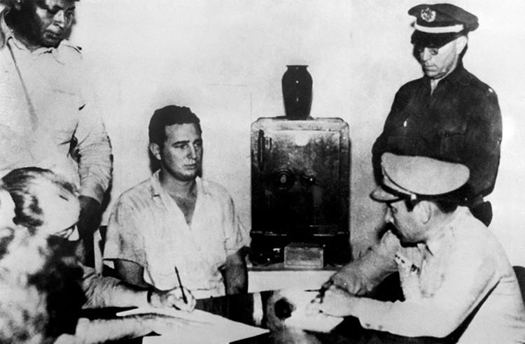 Fidel Castro, siendo interrogado en una comisaría
