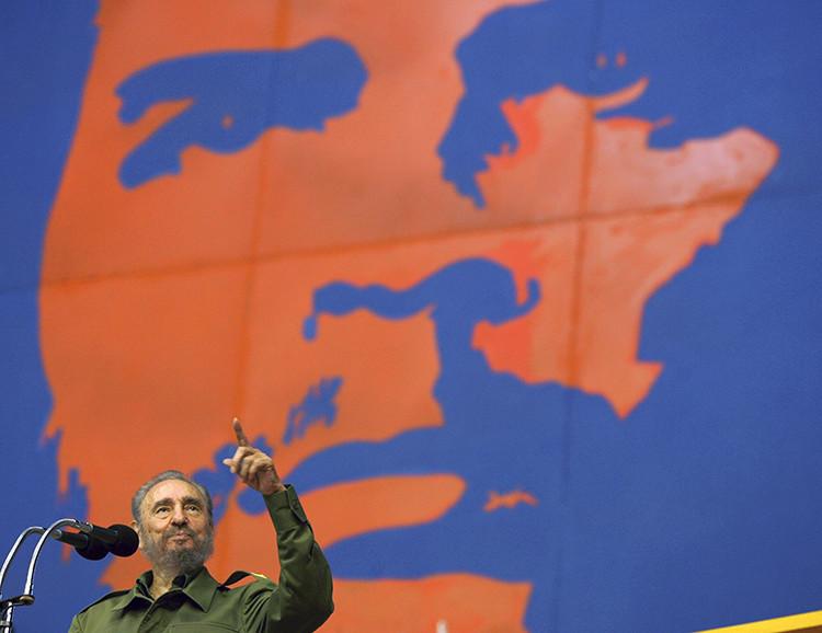 Fidel Castro frente a un retrato de 'Che'