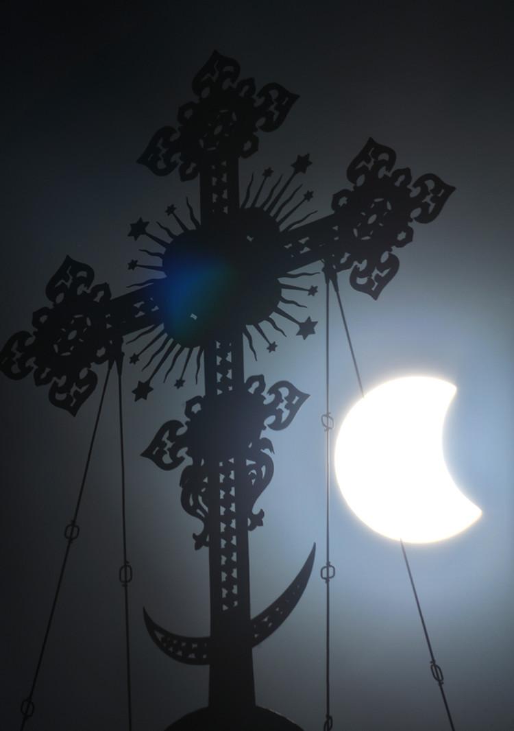 Фаза полного солнечного затмения, наблюдаемая в Москве у храма Христа Спасителя. Владимир Сергеев/РИ