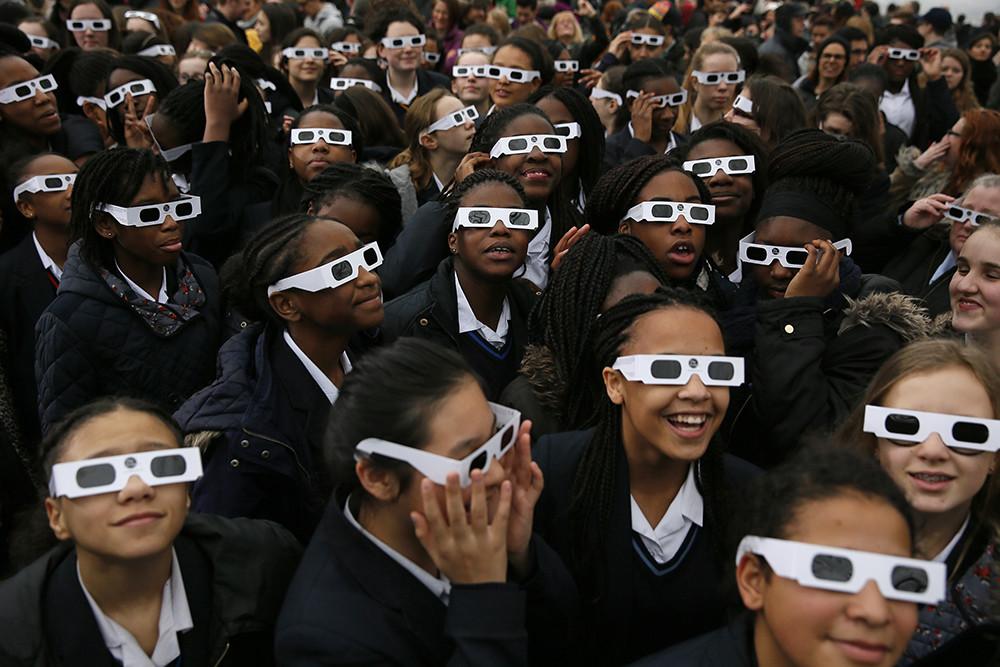 Millones de personas en todo el planeta se han echado este viernes a las calles para ver el eclipse