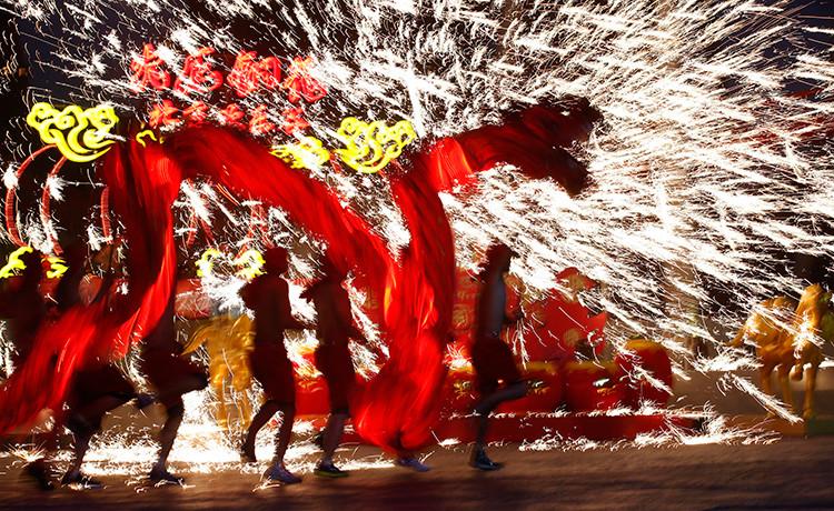 En China la tradición prescribe lanzar fuegos artificiales