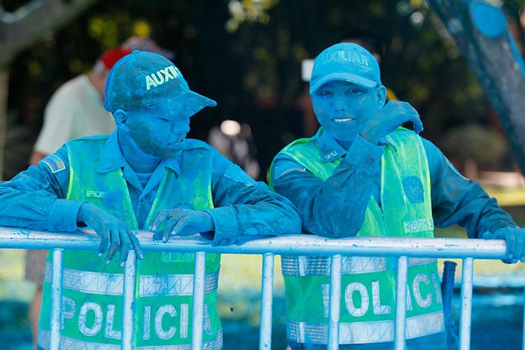 Policías de Cali, Colombia, cubiertos de polvo azul durante la carrera The Color Run