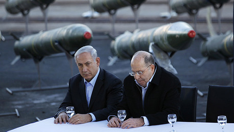 Benjamin Netanyahu y Moshé Yalón frente a un depósito de misiles