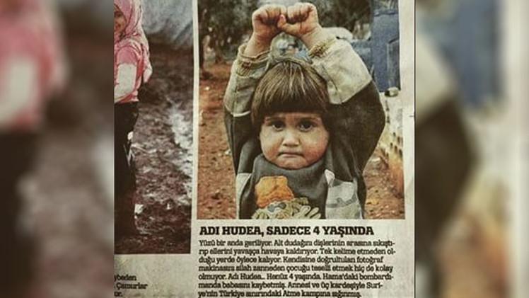 ¿Qué hay tras la conmovedora fotografía de la niña siria 'rindiéndose' ante una cámara?