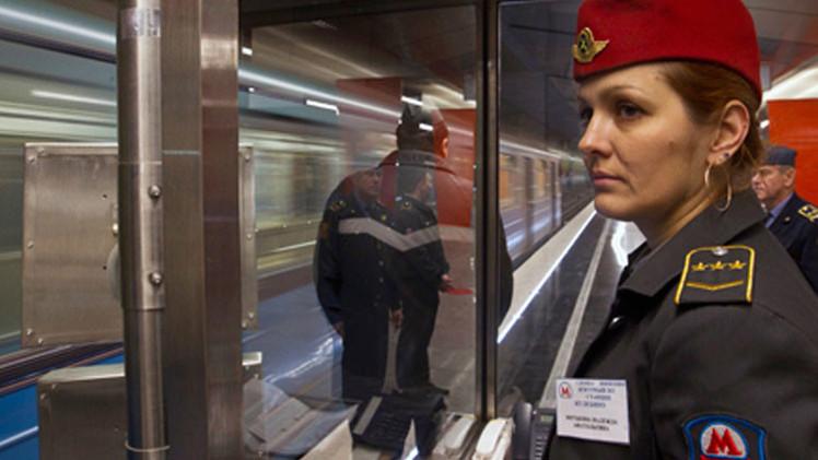 'Hazaña de pasajeros': salvan a una anciana empujando un vagón del metro de Moscú (Foto)