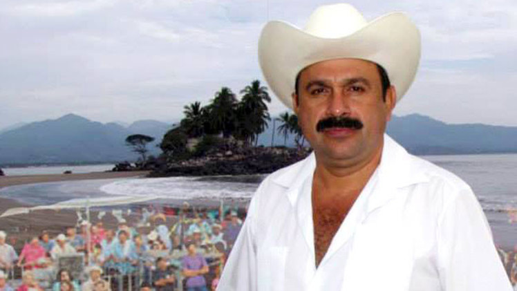 """Video: Alcalde mexicano que """"robó poquito"""", regala autos y dinero"""