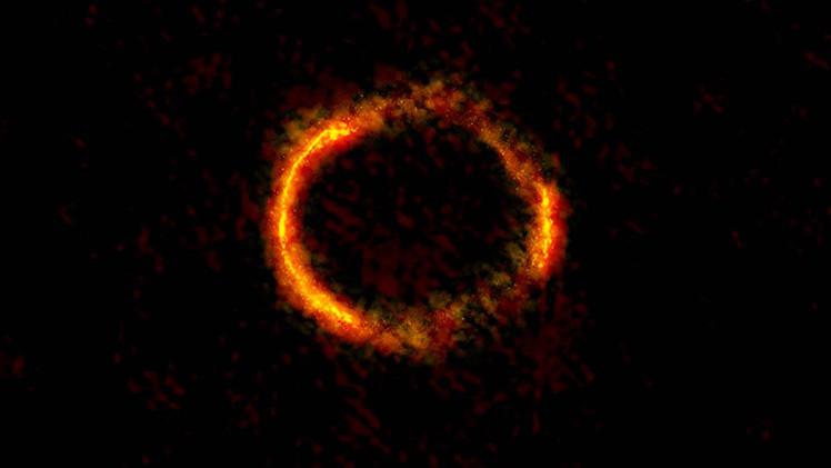 Fotos: Captan un anillo de Einstein casi completo al alinearse dos galaxias