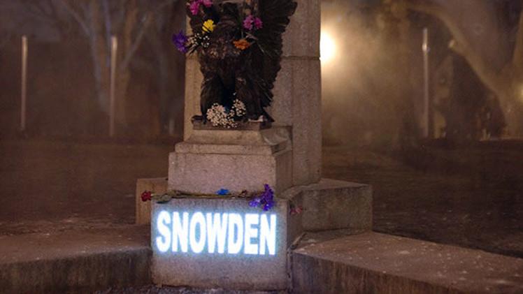 Un holograma reemplaza la estatua de Snowden en un parque de Brooklyn