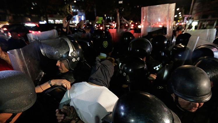 VIDEO: Normalistas obligan a retirarse a la Policía antimotines