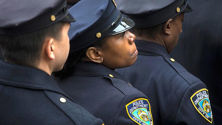 Video: Un detective de Nueva York roba dinero durante una redada