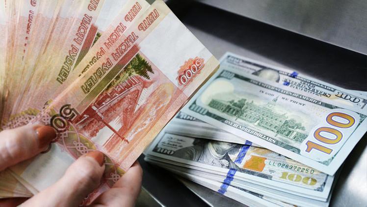 """Medios estadounidenses: """"El rublo muestra el crecimiento más alto frente al dólar"""""""