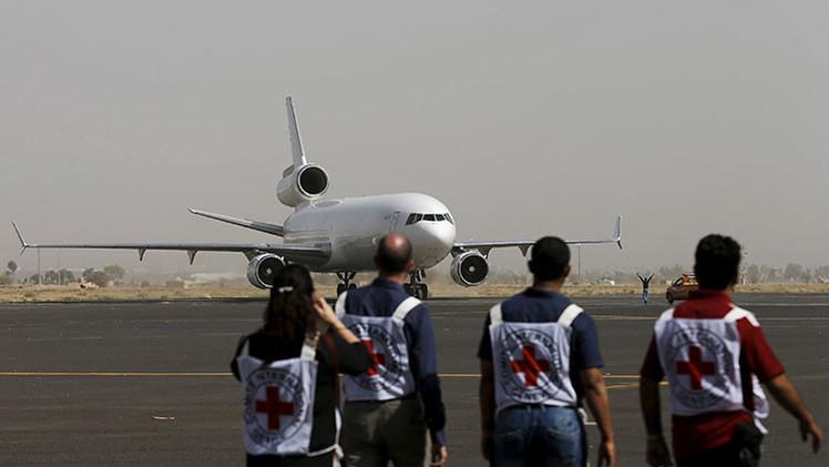Los médicos esperando el aterrizaje de un avión