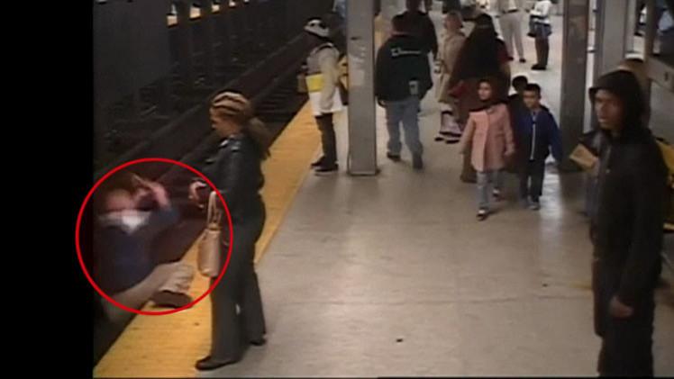 'Heroísmo en el metro de Filadelfia': Joven se lanza a las vías y salva a un despistado (Video)