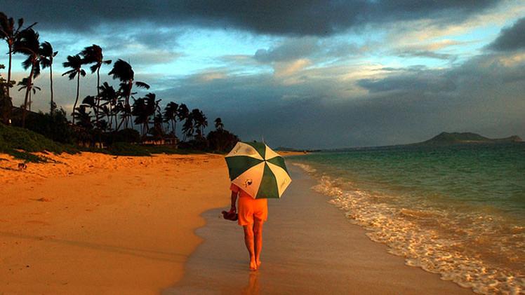 Una mujer camina por la playa. Hawai