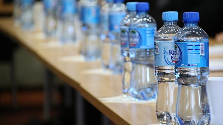 El agua embotellada representa un riesgo para la salud