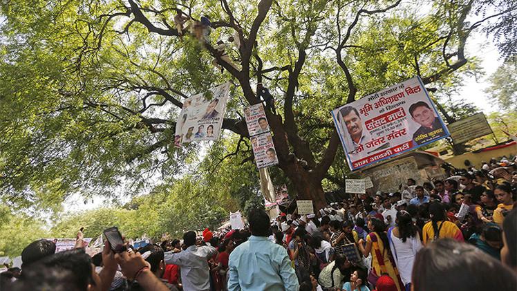 India: Un granjero se ahorca a la vista del público durante una manifestación masiva
