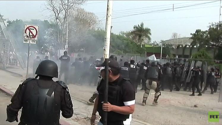Video: 4 policías resultan heridos en choques con normalistas en Chiapas