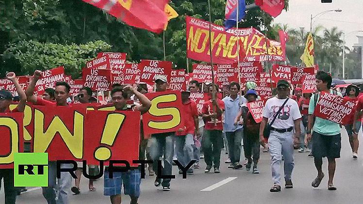 Video: Manifestantes filipinos contrarios a las tropas de EE.UU. chocan con la policía