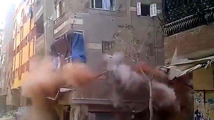 Video: Una casa de pisos se derrumbe en el Cairo ante los ojos de los inquilinos